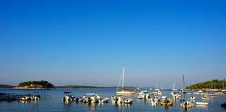 Hvar portu park wiele łódź, Chorwacja obraz stock