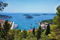 Hvar-Stadt und der Hafen gestaltet durch Laub in Kroatien stockfoto
