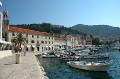 Hvar y su puerto con los barcos turísticos Fotos de archivo