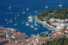 Hvar y su puerto con los yates Imagenes de archivo