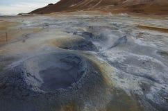 Hverarond geotermiskt fält i Island Detta är ett fält i Krafla Arkivfoton