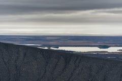Hverfjall también conocido como manera de la trayectoria de Hverfell abajo de la montaña Imagen de archivo libre de regalías