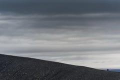Hverfjall también conocido como manera de la trayectoria de Hverfell abajo de la montaña en Islandia Imagen de archivo