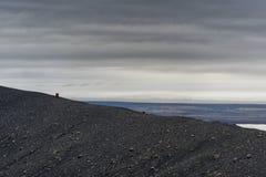 Hverfjall también conocido como manera de la trayectoria de Hverfell abajo de la montaña en Islandia Imágenes de archivo libres de regalías
