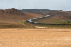Hverir、地热区域Namafjall,呈S形的路和色的表面,在冰岛北部 免版税库存图片