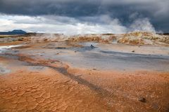 Hverir för sprucken gyttja geotermiskt område Namafjall Myvatn nordöstra Island Skandinavien arkivfoto