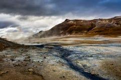 Hverir geothermisch gebied dichtbij Myvatn IJsland met wolken en hemel a stock afbeeldingen