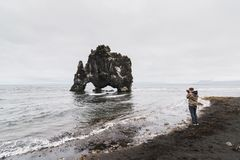 HVITSERKUR,冰岛- 2018年8月:拍犀牛岩石的照片摄影师 库存图片