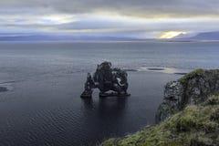 Hvitserkur är en imponerande föreställning vaggar Island Royaltyfria Bilder
