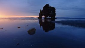 Hvitserkur è una roccia spettacolare nel mare sul litorale nordico dell'Islanda Su questa foto Hvitserkur riflette in video d archivio