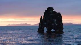 Hvitserkur é uma rocha espectacular no mar na costa do norte de Islândia Nesta foto Hvitserkur reflete no vídeos de arquivo