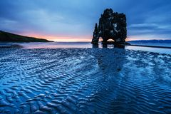 Hvitserkur высота 15 m Эффектный утес в море на северном побережье Исландии это фото отражает в воде на корме стоковые фото