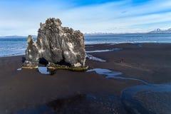 Hvitserkur est une roche spectaculaire en mer sur les coas du nord Photo stock