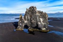 Hvitserkur est une roche spectaculaire en mer sur les coas du nord Image libre de droits