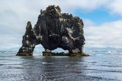 Hvitserkur imponerande föreställning vaggar i havet, dinosaurien, Island Fotografering för Bildbyråer