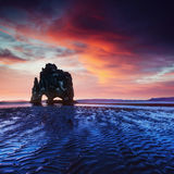 Hvitserkur ist ein großartiger Felsen im Meer Stockfotos