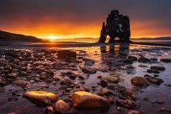 Hvitserkur ist ein großartiger Felsen im Meer auf den Nord-coas Lizenzfreie Stockfotografie
