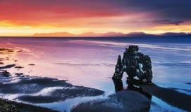 Hvitserkur ist ein großartiger Felsen im Meer auf den Nord-coas Stockfotos