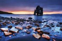 Hvitserkur ist ein großartiger Felsen im Meer auf den Nord-coas Stockbilder