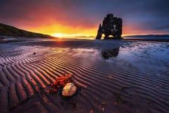 Hvitserkur ist ein großartiger Felsen im Meer auf den Nord-coas Lizenzfreies Stockbild