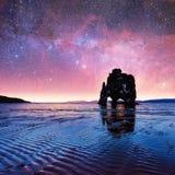 Hvitserkur 15 m高度 意想不到的满天星斗的天空和银河o 免版税库存图片