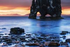 Hvitserkur 15 M höjd Är en imponerande föreställning vaggar i havet Royaltyfria Foton