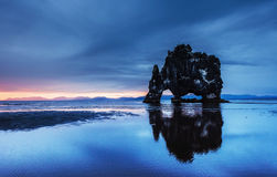 Hvitserkur 15 M höjd Är en imponerande föreställning vaggar i havet Royaltyfri Fotografi