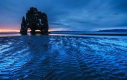 Hvitserkur 15 M höjd Är en imponerande föreställning vaggar i havet Arkivbild