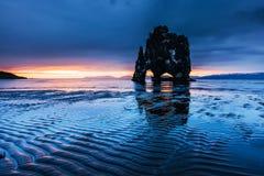 Hvitserkur 15 M höjd Är en imponerande föreställning vaggar i havet på den nordliga kusten av Island På detta foto Hvitserkur Arkivfoton