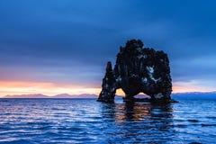 Hvitserkur 15 M höjd Är en imponerande föreställning vaggar i havet på den nordliga kusten av Island detta foto reflekterar i vat Arkivbild