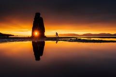 Hvitserkur 15 M höjd Är en imponerande föreställning vaggar i havet på den nordliga kusten av Island detta foto reflekterar i vat Fotografering för Bildbyråer