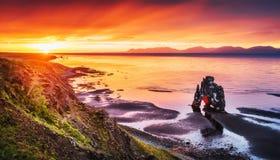 Hvitserkur 15 M höjd Är en imponerande föreställning vaggar i havet på den nordliga kusten av Island detta foto reflekterar i vat Royaltyfria Foton