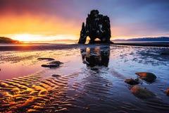 Hvitserkur 15 M höjd Är en imponerande föreställning vaggar i havet på den nordliga kusten av Island detta foto reflekterar i vat Royaltyfri Foto