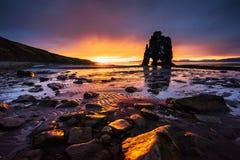 Hvitserkur 15 M höjd Är en imponerande föreställning vaggar i havet på den nordliga kusten av Island detta foto reflekterar i vat Arkivfoton