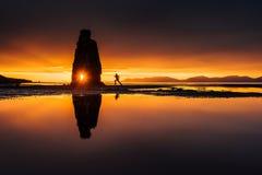 Hvitserkur 15 M höjd Är en imponerande föreställning vaggar i havet på den nordliga kusten av Island detta foto reflekterar i vat Arkivbilder