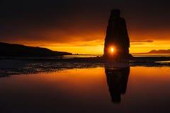 Hvitserkur 15 M höjd Är en imponerande föreställning vaggar i havet på den nordliga kusten av Island detta foto reflekterar i vat Arkivfoto