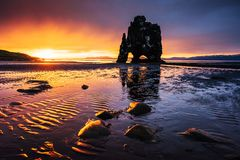 Hvitserkur 15 M höjd Är en imponerande föreställning vaggar i havet på den nordliga kusten av Island detta foto reflekterar i vat Royaltyfria Bilder