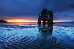 Hvitserkur 15 M höjd Är en imponerande föreställning vaggar i havet på den nordliga kusten av Island detta foto reflekterar i vat Royaltyfri Fotografi