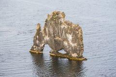 Hvitserkur - pila del basalto nel mare Fotografia Stock Libera da Diritti