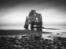 Hvitserkur - pila del basalto nel mare Fotografie Stock Libere da Diritti