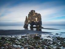 Hvitserkur - pila del basalto nel mare al tramonto Immagine Stock Libera da Diritti