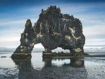Hvitserkur - pila del basalto nel mare al tramonto Fotografie Stock Libere da Diritti