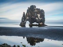Hvitserkur - pila del basalto nel mare al tramonto Fotografia Stock Libera da Diritti