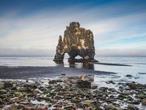 Hvitserkur - pila del basalto nel mare al tramonto Immagini Stock Libere da Diritti