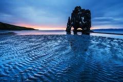 Hvitserkur uma altura de 15 m É uma rocha espetacular no mar na costa do norte de Islândia esta foto reflete na água à ré fotos de stock