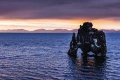 Hvitserkur uma altura de 15 m É uma rocha espetacular no mar na costa do norte de Islândia esta foto reflete na água à ré imagens de stock royalty free