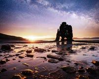 Hvitserkur uma altura de 15 m Céu estrelado fantástico e a Via Látea na costa leste da península Vatnsnes no norte imagem de stock royalty free
