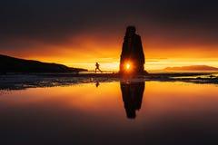 Hvitserkur un'altezza di 15 m. È una roccia spettacolare nel mare sulla costa nordica dell'Islanda questa foto riflette nell'acqu fotografie stock