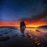 Hvitserkur un'altezza di 15 m. Cielo stellato fantastico immagini stock libere da diritti