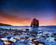 Hvitserkur un'altezza di 15 m. Cielo stellato fantastico fotografia stock libera da diritti